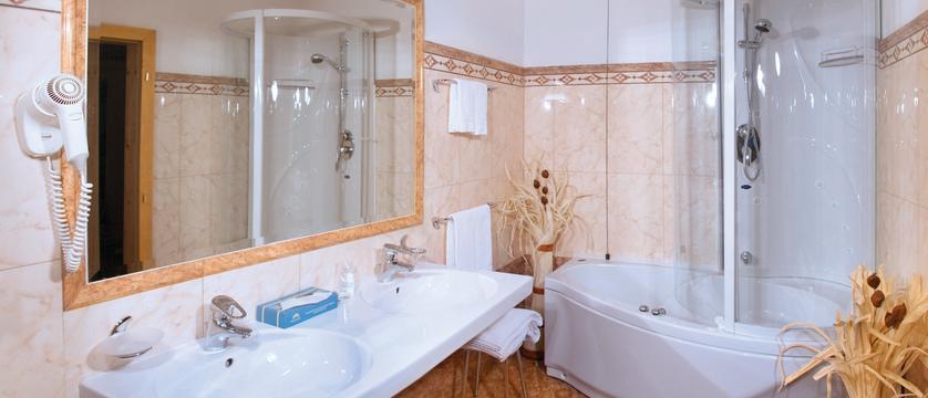 italy_dolomites_campitello_park-hotel-rubino_bathroom.jpg